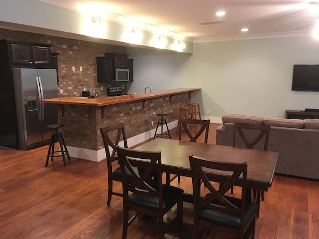 Spacious 1 BR Apartment (walk to stadium & town)