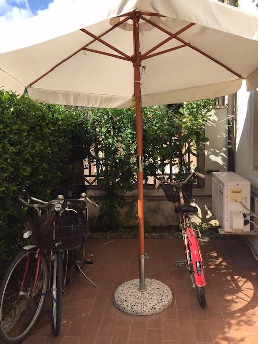 giardinetto sulla strada biciclette disponibili