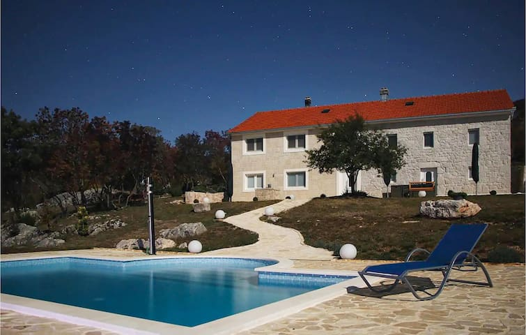 Holiday cottage with 5 bedrooms on 215m² in Cista Provo