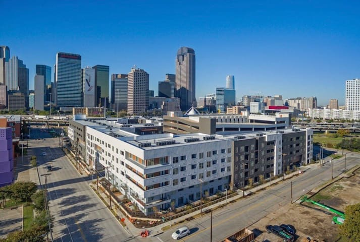 1 Bedroom in Downtown Dallas with free parking!!!!