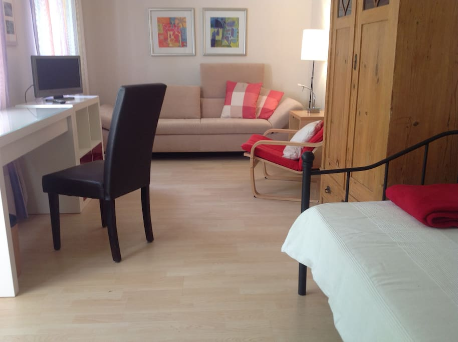 Zweites Schlafzimmer mit Bett und Couch und DVBT -TV