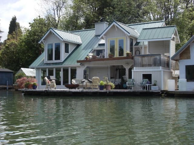 Floating Home Vacations  Featured on Travel Chan.