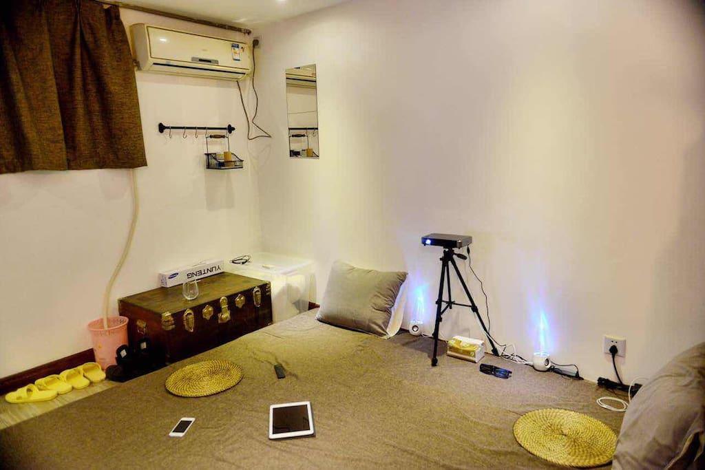 小屋的一层为超大床垫加高清投影,可以同时容纳多人一起观看电影哦~