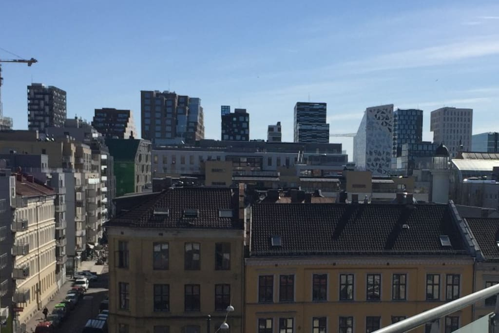 This is the view from one of the two balconies of this city centre penthouse. The new Oslo Barcode skyline in the background, a 7-8 minutes walk from the penthouse. There you will also find the Oslo Fjord and the Opera