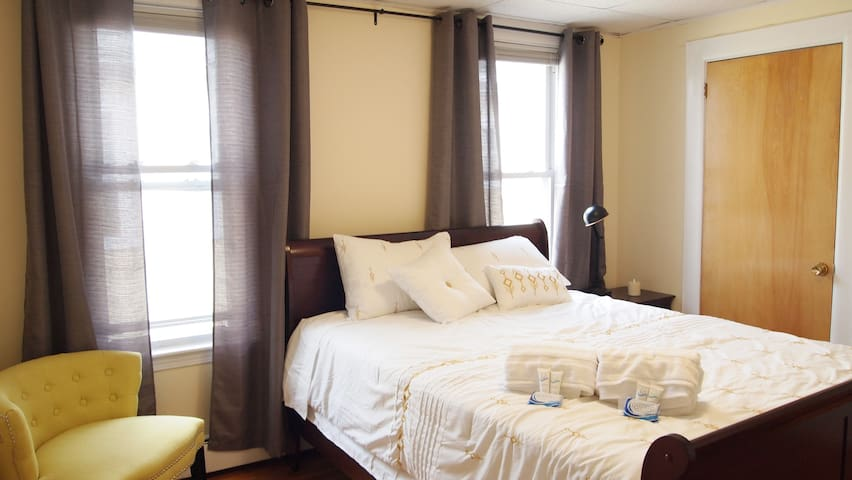 Bright Clean Private Room Close To Train + Boston