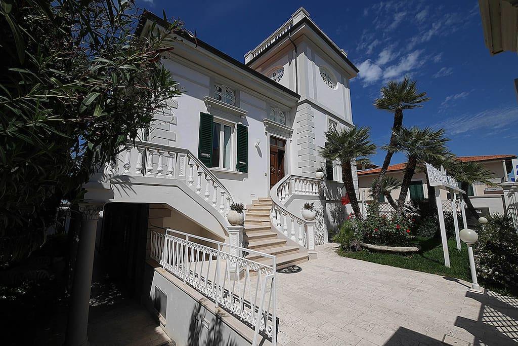 """Residence """"Villa Piani"""" - In Centro, sul Mare. In the Centre, on the Beach. Ingresso all'appartamento - Apartment entrance"""