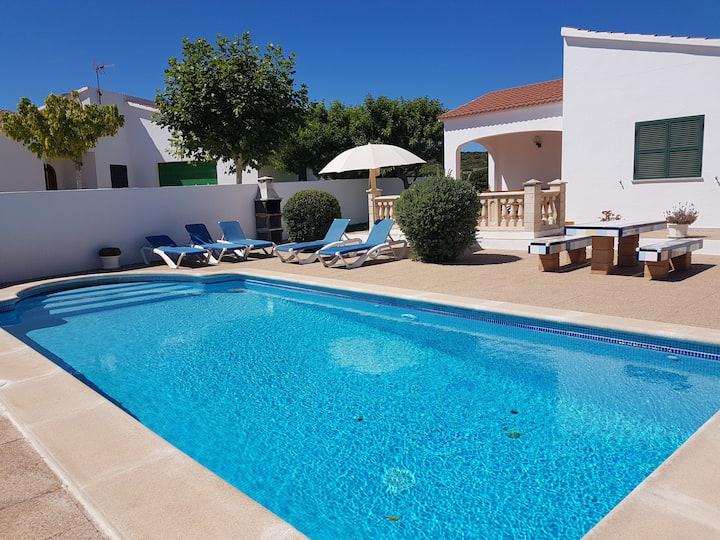 Villa en zona tranquila con piscina y jardin