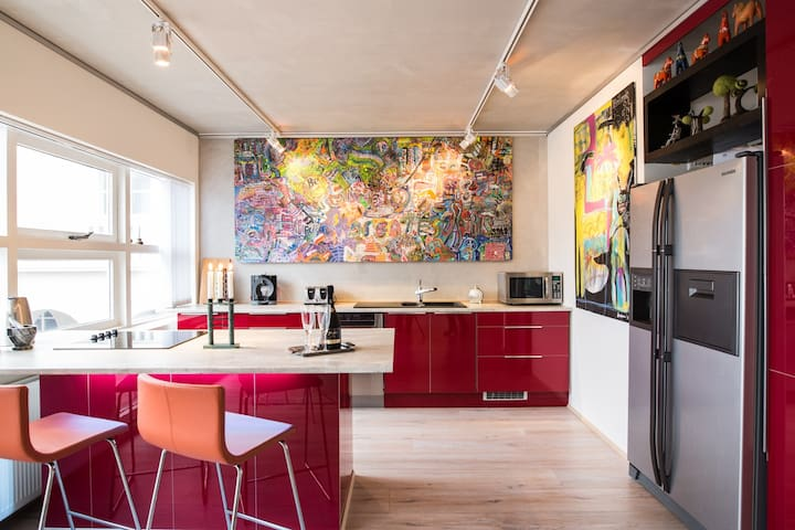Art Collectors Downtown apartment by Parliam. Sq