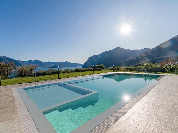 Villa Del Sole - with huge garden and lake view