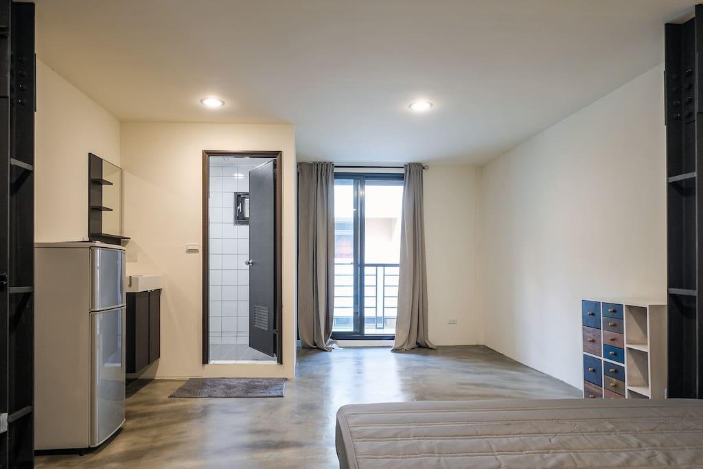 302房型輕工業風的設計,寬敞的陽台空間,獨立洗衣機與浴室。