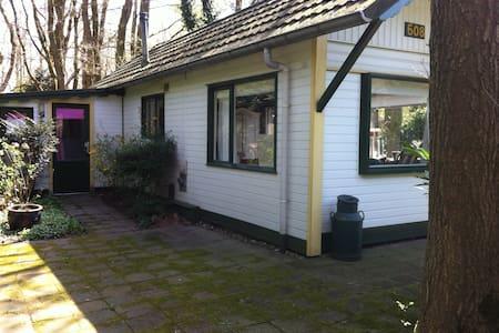 Vakantiehuisje op camping; veel privé buiten! - Heumen - Sommerhus/hytte