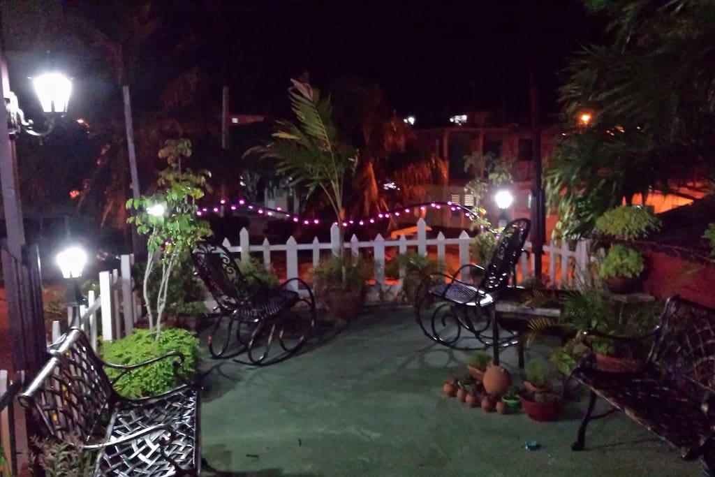 terraza con vista a la ciudad en la noche
