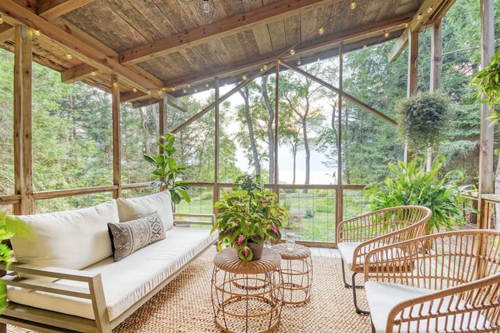 Third Coast Cottage: Bohemian Inspired Waterfront Cottage. Magical Setting Close to SoHa.