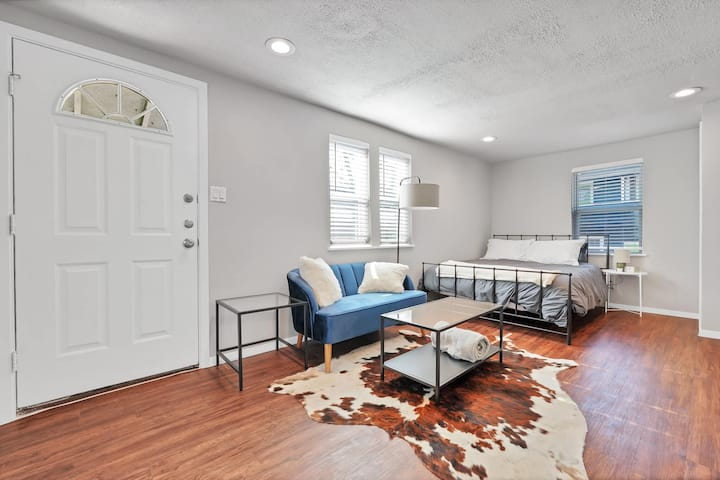 Modern studio in the heart of the Heights!