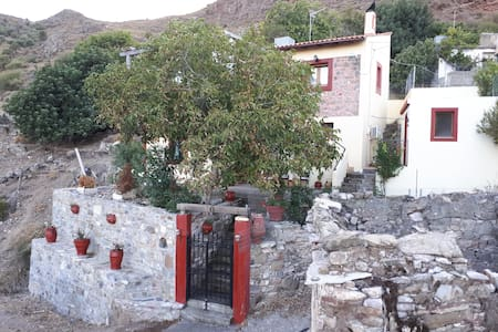 TRADITIONAL HOUSE OF 1921 IN GONIES MALEVIZIOU