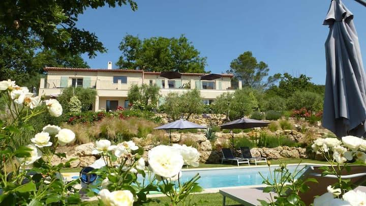 Vallon des Oliviers A 2 pers, Petit déj, piscine