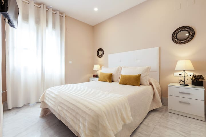 CENTRAL APARTMENT (TRIANA). PARKING INCLUDED.