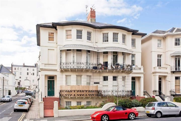 Spacious, stylish one bed 2nd floor flat close sea