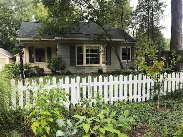East Grand Rapids Cottage by Reeds Lake