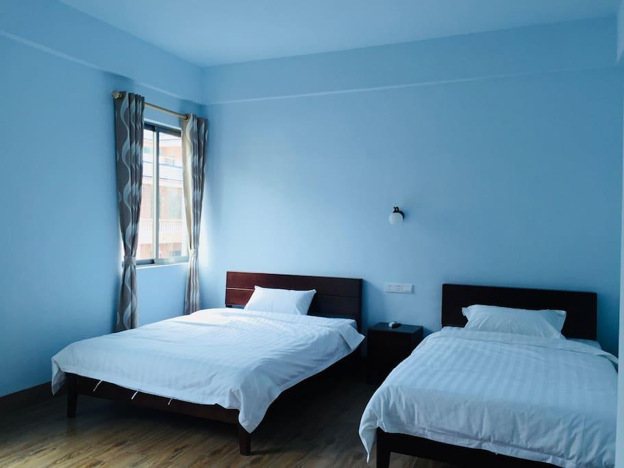 1.2+1.5床双人房,早上有太阳从窗户照进房间
