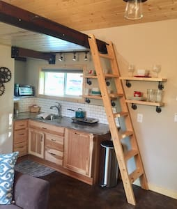 Charm and Adventure: a Tiny House near Palmer