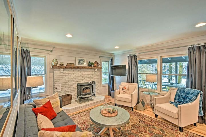 NEW LISTING! Beautiful home w/ modern decor, private hot tub, deck, firepit