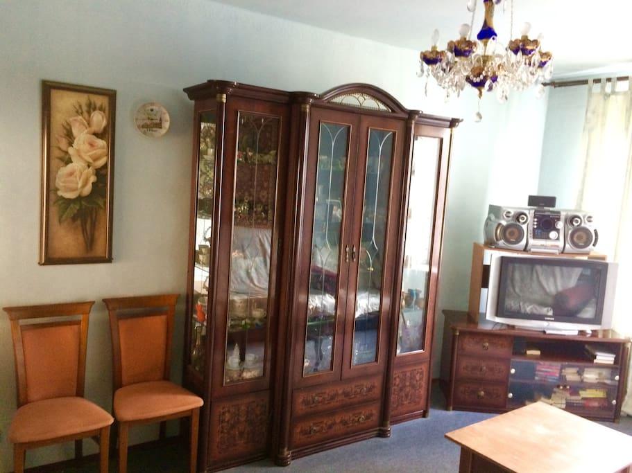 Комната 2(18.4 кв.м.): Шкаф-купе,телевизор,звуковое оборудование,2 стула,стол,2 дивана-кровать, двуспальная кровать-диван.