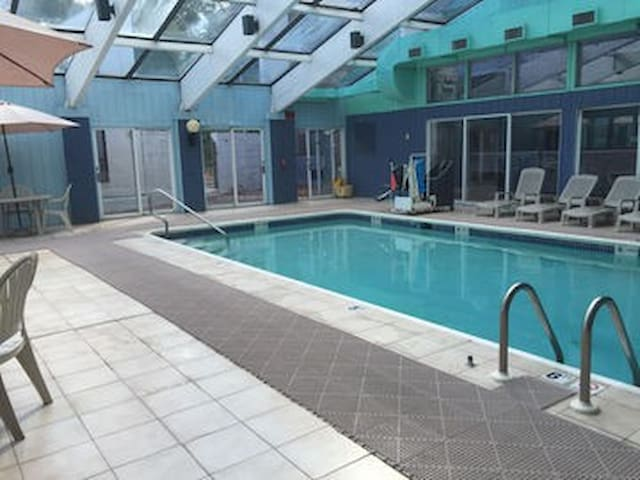 SPACIOUS ROOM, INDOOR HEATED POOL AND JACUZZI