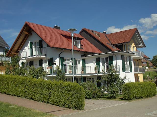 Sonnige Ferienwohnung auf den Schwarzwaldgipfeln. - Sankt Märgen - Apartment