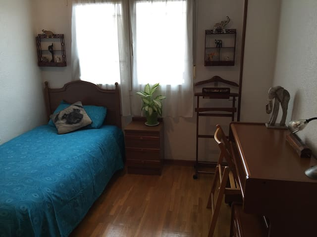 Beautiful bedroom next to the beach.... - Gijón - Daire