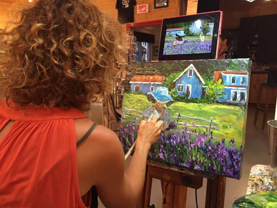 Notre site est un lieu inspirant pour plusieurs. Ici : l'artiste-peintre, Annie Morin lors du symposium de peinture figurative.