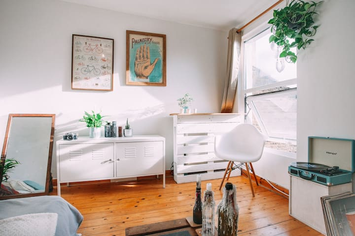 Cozy studio in the bohemian heart of London