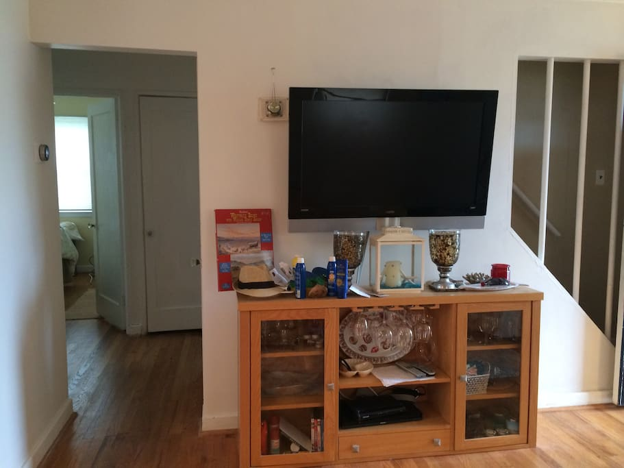 Living room area w HD flat screen TV