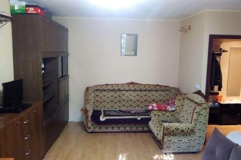 очень удобный диван и кресло, раскладывающиеся, кресло буду выносить к приезду что бы было больше свободного места