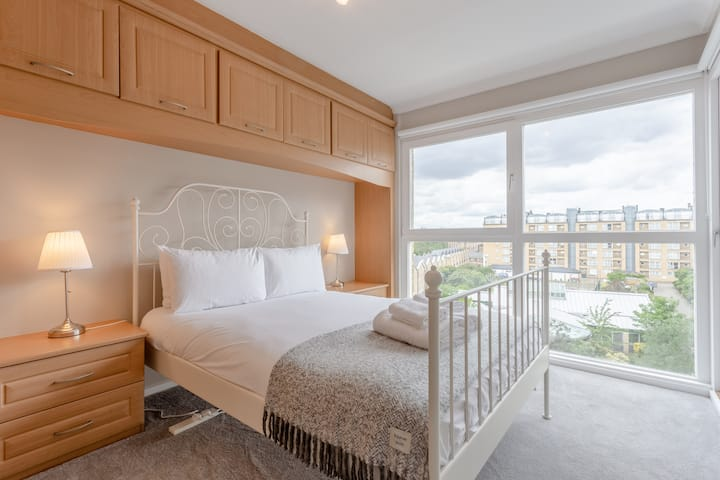 Bright, Modern One-Bed w. Stunning View of Thames