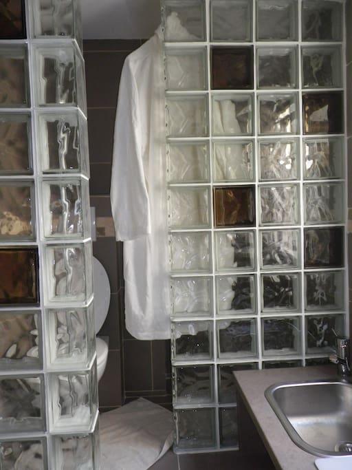 salle d'eau pratique avec tous les accessoires