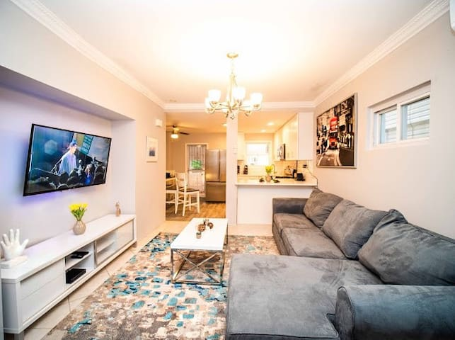 Modern 3 BR w/ Theater- 30min  NYC & 10min to JFK