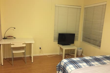 房间有180尺,Quees双人床,全棉床上用品,网络电视,办公桌衣柜 - Chino Hills