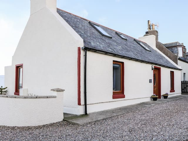 JADE COTTAGE, pet friendly, with a garden in Macduff, Ref 969910
