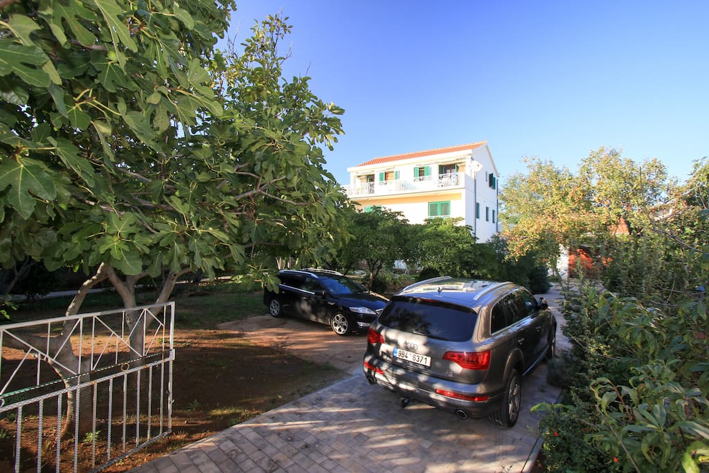 Parkování a zahrada před domem