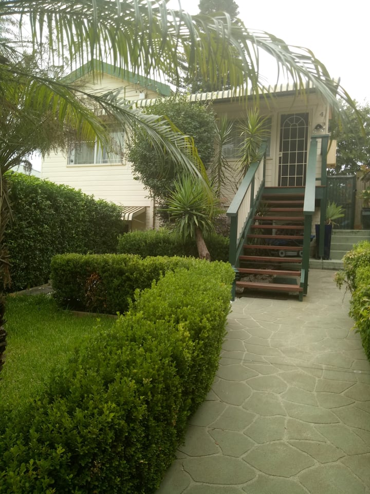 Inner City 3BD Cottage w Parking, Close To Airport
