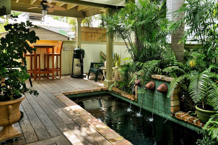 Enchanting seaside cottage w/private pool & prime location