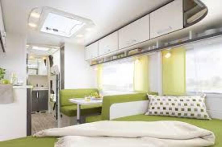 Neuer Wohnwagen idyllisch im Grünen am See