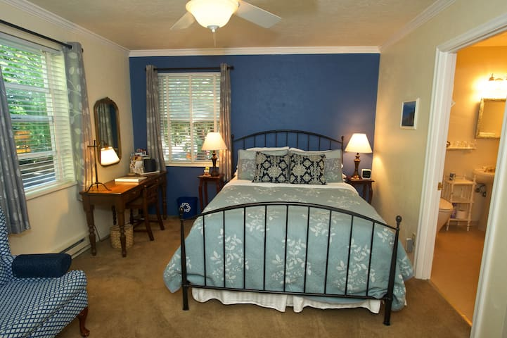 Queen Bedroom w/Private Bath and Breakfast - Eugene - Bed & Breakfast