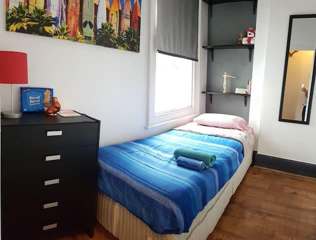 Cozy single bedroom by the sea