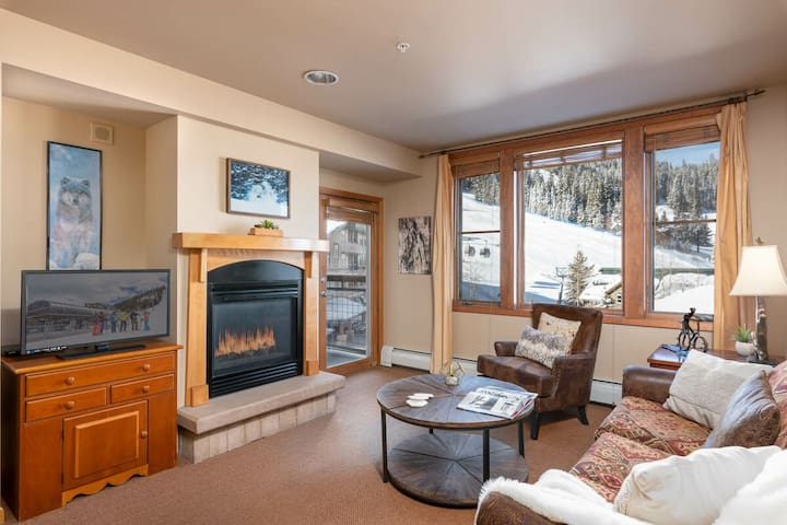 Modern Mtn Condo | Ski In\Ski Out | Sleeps 4 | Base Area Bliss!