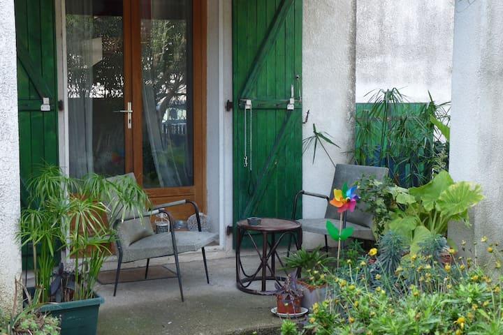 Jolie chambre, proche tram et lac, dans villa.