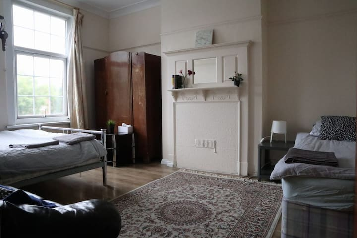 Large TRIPLE bedroom close to stadium and shops