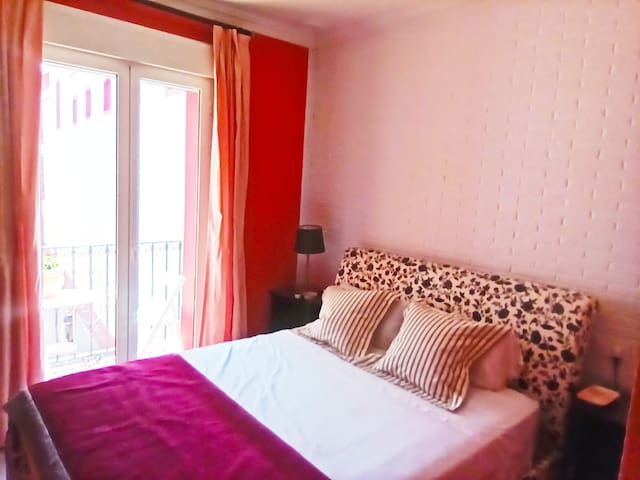 El dormitorio con pequeña terraza para disfrutar de un desayuno o una lectura agradable