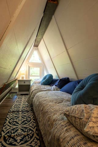 Loft with 2 single beds